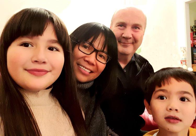 Vợ chồng chị Hải Ngân và hai con một buổi tối tháng 11/2019, tại Aylesbury, Buckinghamshire, Anh. Ảnh: V.N.