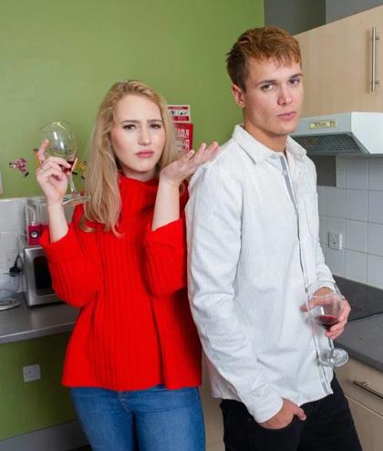 Plum cảm thấy bị làm phiền khi James uống rượu vang đỏ của cô. Ảnh: The Sun.