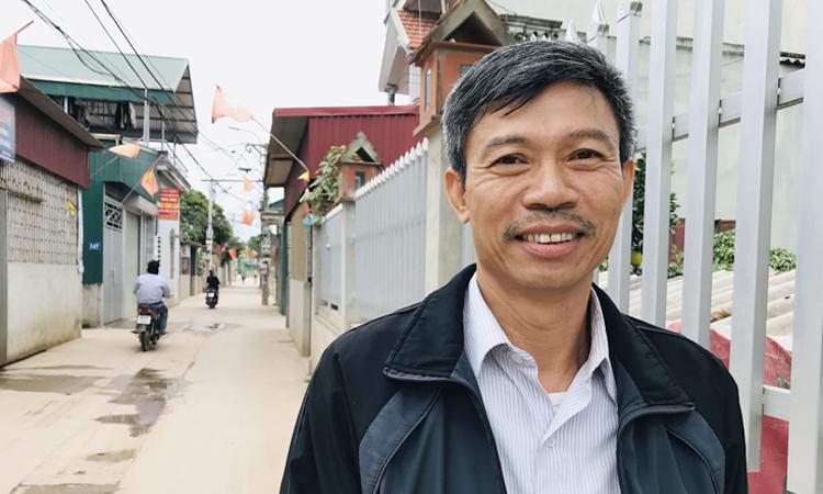 Ông Phùng Văn Hải đứng trước cổng nhà mình đã làm lại. Ông được vinh danh Người tốt việc tốt của thành phố Hà Nội năm 2019. Ảnh: Hải Hiền.