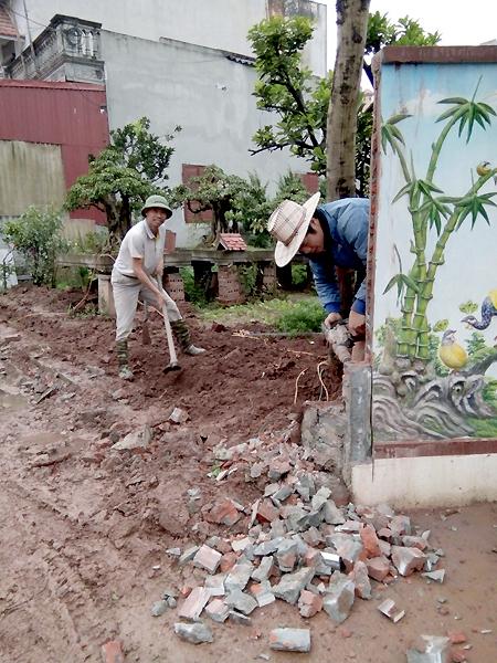 Ông Hải phá tường nhà mình để làm gương cho các hộ trong thôn hiến đất. Bức tường khi đó cũng mới xây không lâu, tốn vài chục triệu đồng. Ảnh: P.H.