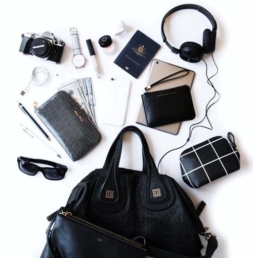 Những món đồ được các cô gái mang theo trong túi xách.