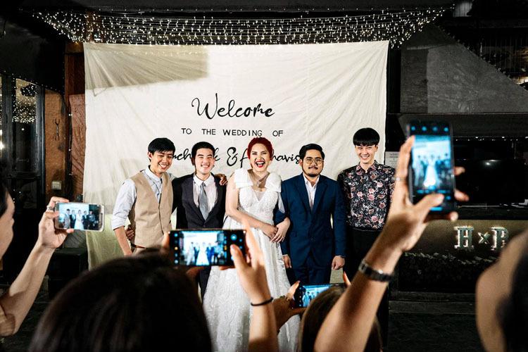 Tunchanok khoác tay chồng chụp ảnh cưới với hội người yêu cũ. Ảnh: Tunchanok Boonkacha.