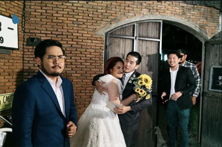 Chú rể tỏ vẻ giận dữ để trêu đùa, khi cô dâu ôm bạn trai cũ. Ảnh:Tunchanok Boonkacha.