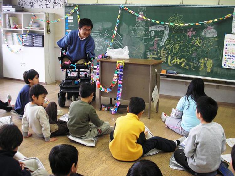Sau khi tốt nghiệp đại học, Hirotada từng là giáo viên tiểu học.