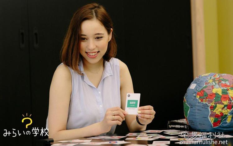 Người yêu mới của Hirotada- Alina Zagitova- kém nhà văn tới 20 tuổi và thông thạo tới 5 ngoại ngữ.
