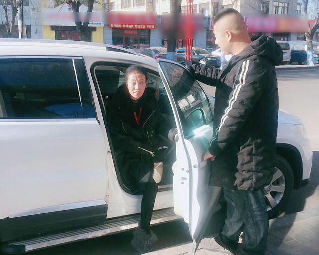 Bà Xiaoman được lái xe trẻ tuổi Tan Junchao đưa đón hàng ngày. Ảnh: Sina.