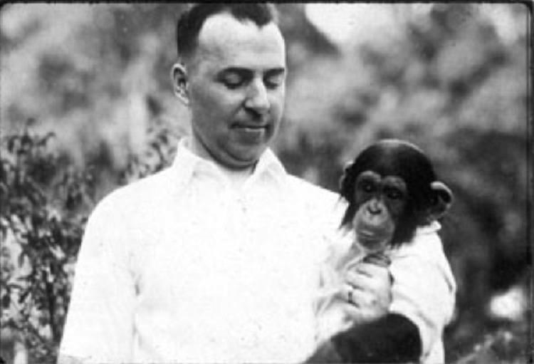 Winthrop Niles Kellogg bên Gua. Ảnh: Mad Science Museum.