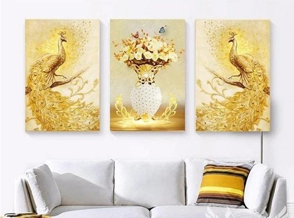 Tranh treo tường chim công TNT361 là thú chơi tao nhã của các vương công, phủ chúa xưa, thể hiện uy quyền hoàng tộc. Sắc vàng chủ đạo của chim công giúp không gian thêm sang trọng. Gia chủ có thể treo tranh ở phòng khách, phòng ngủ hay không gian làm việc.