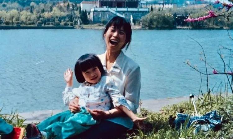 Thanh Vân và mẹ chụp khi cô đang học lớp 3. Ảnh: zhihu.
