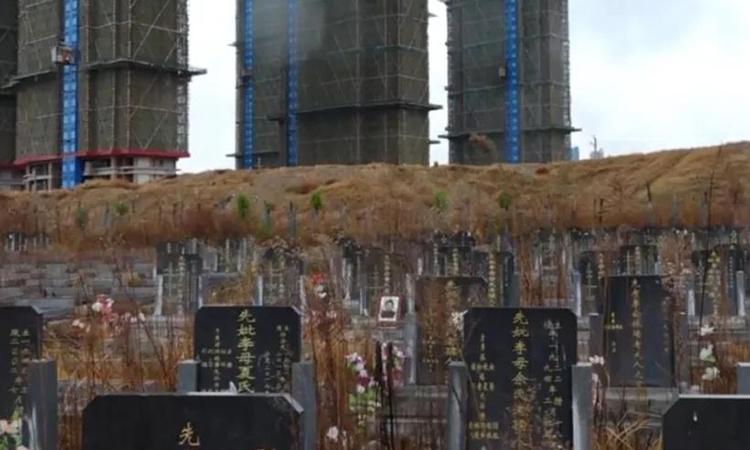 Chung cư Trương Tiểu Cường mua nằm ngay sát một nghĩa trang của địa phương. Ảnh: sohu.