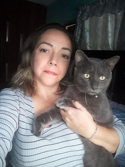 Chị Mary và con mèo Pixi nuôi 2 năm. Ảnh: Facebook Mary Lore Barra.