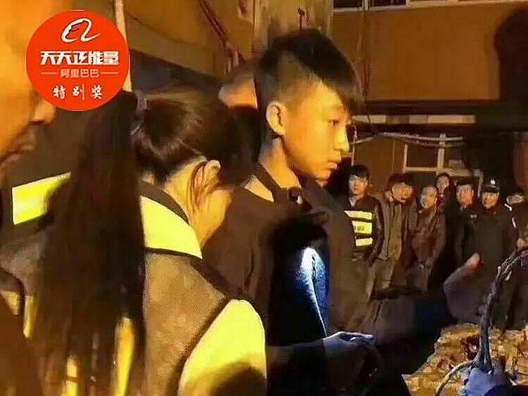 6 lần lộn đầu xuống giếng, Wang rất mệt nhưng cậu tỏ ra bình tĩnh để mọi người yên tâm sẽ cứu được em bé. Ảnh: Sina.