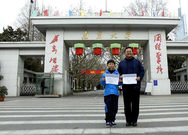 Đa Đa và bố đến đăng ký học tại Đại học Nam Kinh năm cậu gần 9 tuổi. Ảnh: qq.