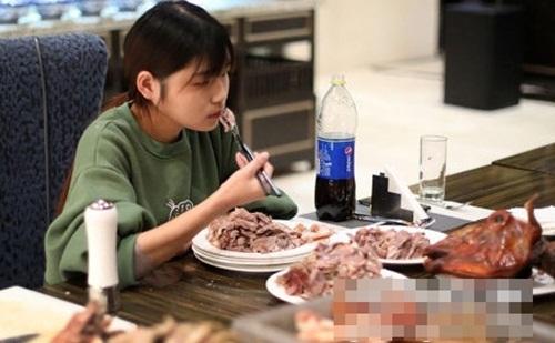 Ở thành phố Nam Kinh, hàng chục nhà hàng buffet bắt buộc phải từ chối phục vụ Nan vì sợ lỗ. Ảnh: China News.