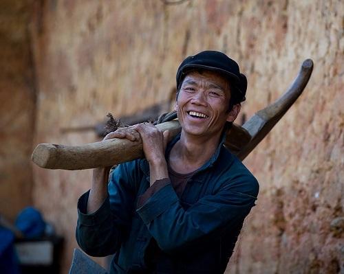 Trần Tuấn Việt đang giữ kỷ lục tay máy người Việt có nhiều tác phẩm nhất đăng Top ảnh đẹp nhất trong ngày trên National Geographic. Bức ảnh trên anh ghi lại nụ cười giản dị của anh thợ càyở Tà Phìn, Hà Giang sau ngày làm việc vất vả.