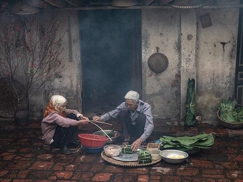 Nét văn hóa Việt cũng là cảm hứng cho những bức ảnh của nhiếp ảnh gia Trần Tuấn Việt. Anh đã đến làng cổ Đường Lâm, Hà Nội ngày giáp Tết để ghi lại hình ảnh hai cụ già cùng nhau gói bánh chưng, chuẩn bị đón năm mới.