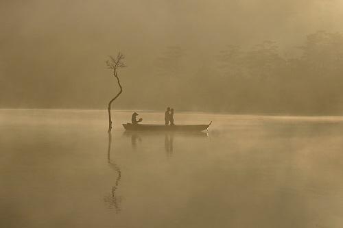 Bức ảnh một cặpđôi chụpảnh cưới vào buổi sáng mờ sươngở hồ Tuyền Lâm, thành phốĐà Lạt. Bức ảnh được chụp sau một đêm nhiếp ảnh gia đi từ TP HCM đến Đà Lạt, anh tiếp tục cuốc bộ băng rừng để đón được khoảnh khắc bình minh. Lặng lẽ nhưng hạnh phúc. Nhiếp ảnh giúp chúng ta lưu giữ những khoảnh khắc của đời người. Sau mỗi cú bấm máy, khoảnh khắc đó đã là quá khứ, Việt chia sẻ về bức ảnh này khi tham dự thử tháchLưu giữ trải nghiệm hạnh phúcKhoảnh khắc hạnh phúc do Ngân hàng An Bình ABBank tổ chức.