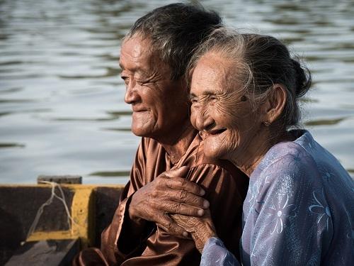 Bức ảnh ghi lại nụ cười hạnh phúc của vợ chồng bà Xong - ngườiđược mệnh danh là cụ bàđẹp nhất thế giới. Bà Xongđã hơn 80 tuổi nhưng vẫn chèo thuyền chở khách du lịch nuôi chồng bị bệnh tim ở Hội An, Việt Nam. Nhiếp ảnh gia chia sẻ: Trong hìnhảnh của mình, tôi cố chắt lọc và chụp lại những kết nối, những hànhđộng và biểu cảm mạnh nhất của nhân vật.