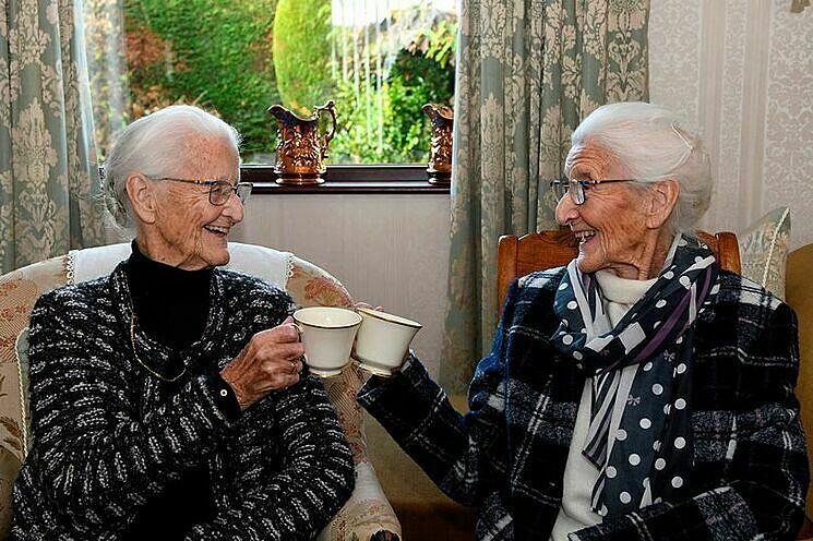 Mỗi tuần hai chị em gặp nhau uống trà và buôn chuyện. Ảnh: Metro.