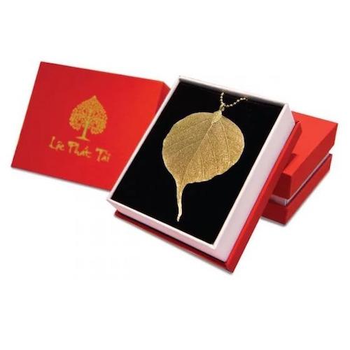Lá bồ đề phủ vàng có giá 385.000 đồng (giá gốc 550.000 đồng). Sản phẩm làm từ lá bồ đề thật đượcxử lý thủ công rồi đem mạ vàng 24K, vì vậy hình dạng các lá sẽ khác nhau. Lá bồ đề có thể treo trong nhà, nơi làm việc, ôtô...