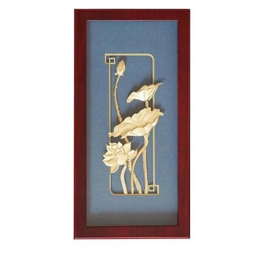 Tranh Thanh Hà Mãn Nguyệtđược giảm còn 2.944 triệu đồng (giá gốc 3.68triệu đồng).Hình ảnh hoa sen được coi là biểu tượng của sự hoàn hảo, thuần khiết. Sản phẩm được phủ vàng dát mỏng,có hộp đi kèm, phù hợp làm tranh treo tường hay để trên bàn làm việc. Kích thước:28x14x3 cm.
