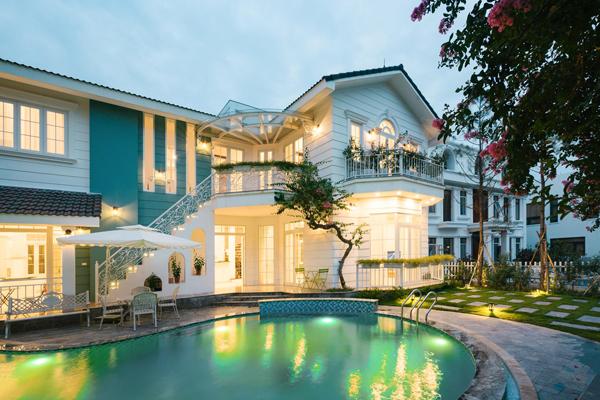 Tọa lạc trên mảnh đất rộng gần 500m2 tại khu resort Flamingo Đại Lải, tỉnh Vĩnh Phúc, căn biệt thự B82 như một tác phẩm khác biệt trong quần thể nghỉ dưỡng ẩn mình giữa thiên nhiên xanh.  Lấy cảm hứng từ chuyến du ngoạn châu Âu, phong cách kiến trúc Địa Trung Hải, chủ nhân cùng các kiến trúc sư An Nguyên House & Home xây dựng không gian sống bản sắc, yên bình.