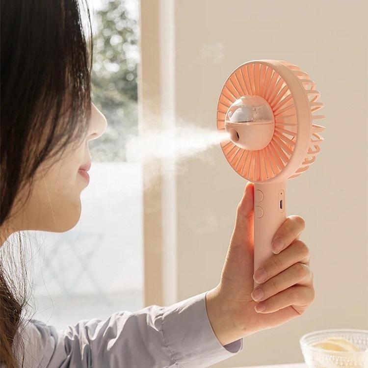 Quạt cầm tay mini phun sương, tạo ẩm CQ-E889 giúp bảo vệ da mặt không bị khô, nóng. Động cơ quạt hoạt động êm nhẹ, không gây ồn ào. Dung lượng Pin 2.000 mAh cho thời gian sử dụng lên tới 6 tiếng. 5 cánh quạt cho luồng gió tự nhiên. Thiết kế nhỏ gọn, hai màu trắng và hồng pastel nhẹ nhàng, cho các chị em thoải mái lựa chọn. Quạt phun sương có giá 245.000 đồng, ưu đãi 41% trên Shop VnExpress.