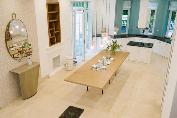 Không gian nội thất tầng một bố trí mở gồm phòng khách, bếp ăn thông nhau với gam màu nhẹ nhàng, tinh tế. Các vật dụng nội thất tiết giảm.