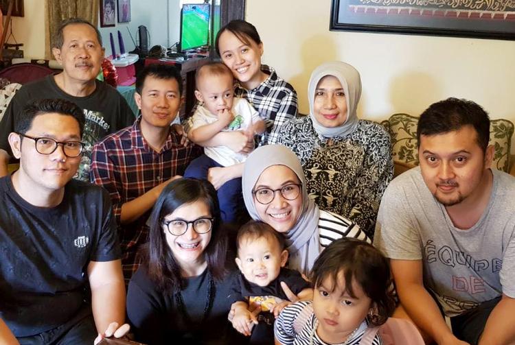 Ngọc Anh và chồng (ở giữa, hàng sau) cùng gia đình tụ họp, xem bóng đá. Ông bà nội ngoại hay đùa không biết sau này con của Yến và Aswin sẽ ủng hộ đội nào. Ảnh: A.N.