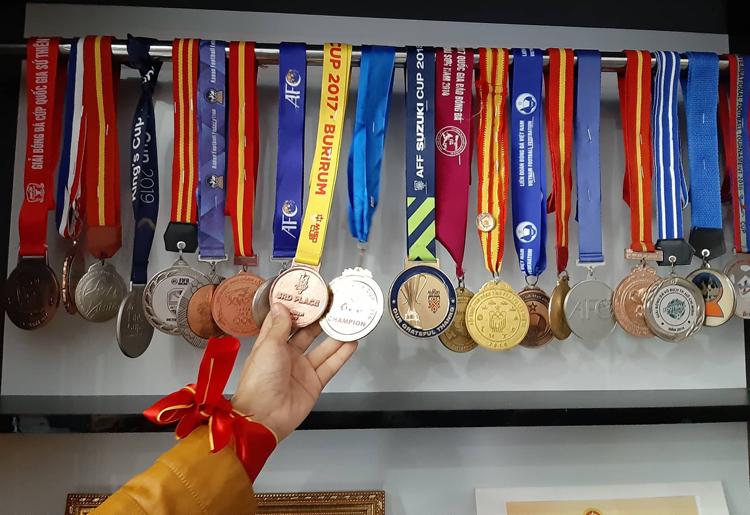 Huy chương các kỳ thi đấu của Đức Chinh treo kín một ngăn tủ trong nhà. Ảnh: Phạm Nga.