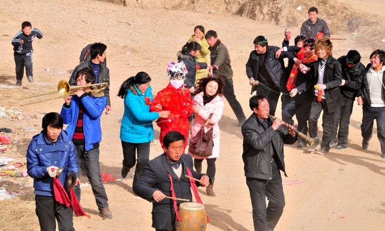 Ở làng Giang Biên, để lấy được người vợ cùng làng, đàn ông độc thân phải chi trả số tiền lên tới 100.000 tệ (khoảng 320 triệu đồng). Ảnh: cnki.
