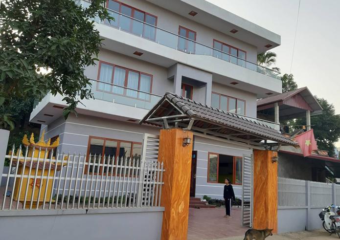 Ngôi nhà to đẹp - thành quả lao động của Đức Chinh - được xây nên đầu năm nay, thế cho ngôi mái bằng cũ. Ảnh: Phạm Nga.
