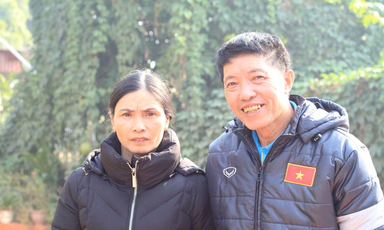 Bố mẹ Hậu tại quê nhà sáng 11/12, ngaysau chiến thắng của tuyển Việt Nam. Ảnh: Phan Dương.
