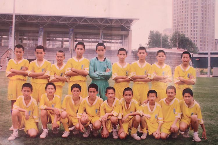 Hậu đứng bên phải thủ môn áo xanh năm 10 tuổi, thi đấu ở Hà Nội. Ảnh: GDCC.