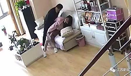 Người chồng quan sát thấy vợ bị cướp tấn công qua camera. Ảnh: Sina.