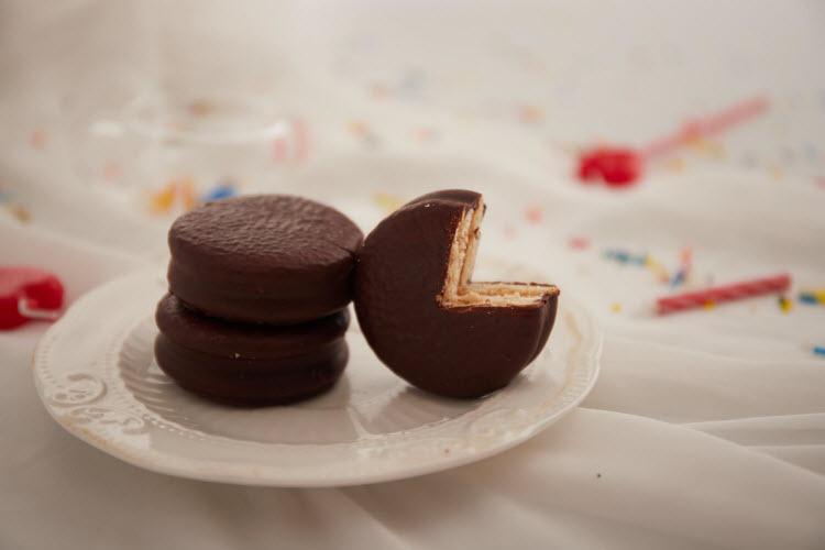 Một cách thưởng thức bánh phủ chocolate độc đáo khi cho vào lò vi sóng để lớp nhân kẹo đường và chocolate hoà quyện vào nhau.