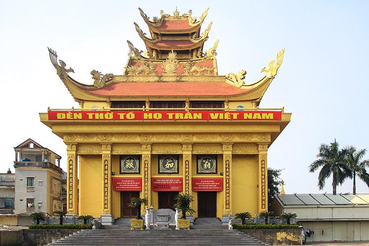 Doanh nhân Trần Văn Sen đã xây nhà thờ tổ họ Trầntrong 10 năm,cao 41 m,trên diện tích4 ha.Nhà thờ tổ nằm sát chợ Phương La, những nhà dân 4 tầng bên cạnh chỉ cao ngang mái tầng một.Ảnh: Phan Dương.