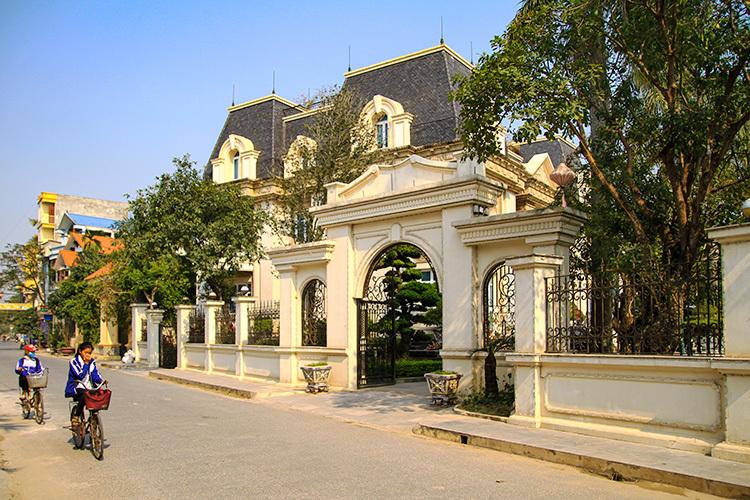Tòa nhà tại thôn Phương La 2 của doanh nhânVũ Quang Huy có kiến trúc giốngnhư công trình The Manor mà gia đình xây dựng tạiHà Nội.Ảnh: Phan Dương.