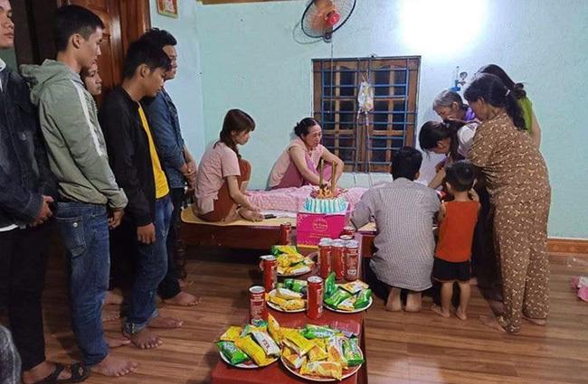 Bạn bè người thân tổ chức sinh nhật cho Trang. Ảnh: Phan Đức.