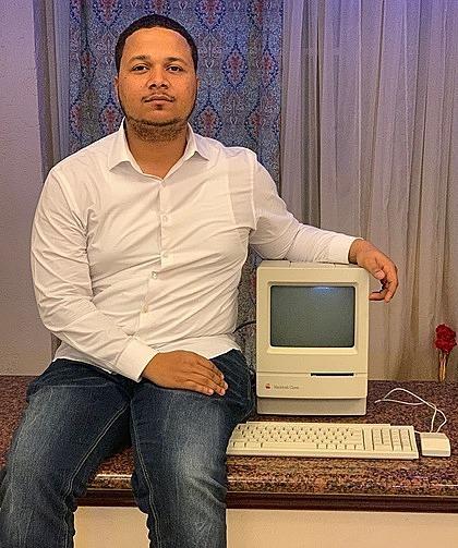 reddie Figgers tại nhà của anh ta với cửa hàng Macintosh tiết kiệm mà cha anh ta đã mua cho anh ta với giá 25 đôla