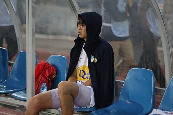 Tuấn Anh rơi nước mắt khi bị dính chấn thương nhìn đồng đội thi đấu.