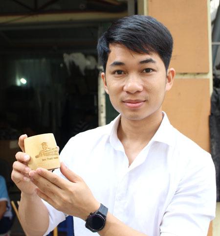 Cốc tre là một sản phẩm mới đang được Nguyễn Văn Mão chào bán ra thị trường, giá bán khoảng 40 nghìn đồng. Ảnh: Phạm Nga.