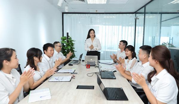 Chị Đỗ Thu Thủy (ở giữa)người sáng lập thương hiệu Angel làm việc với nhân viên.