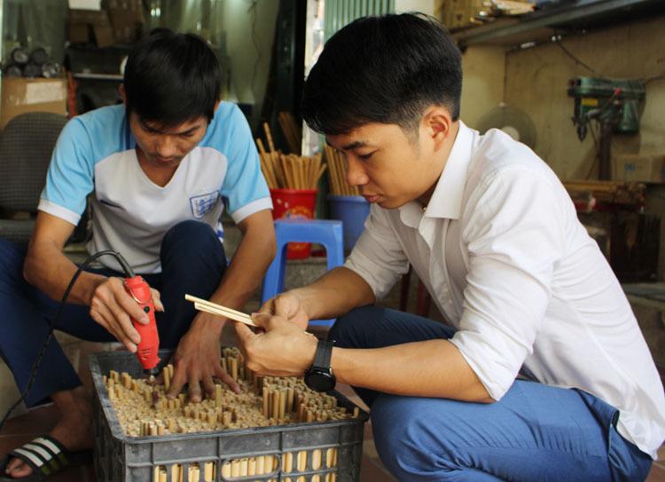 Khi sản xuất ống hút tre, Mão đã có kinh nghiệm làm sáo hơn 10 năm. Sáo mới cần kỳ công, chứ ống hút tre nguồn nguyên liệu rẻ hơn, cách làm cũng đơn giản hơn, đầu ra cũng đã có sẵn, nên hiệu quả cao, Mão nói.