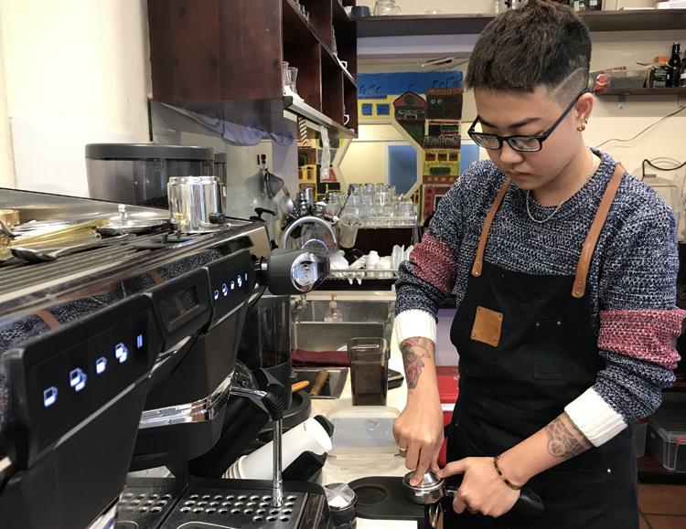 Hoàng Linh hàng ngày vẫn làm việc và học nghề tại một quán cà phê. Ước mơ của cậu là mở được một phòng trà của riêng mình. Ảnh: Hải Hiền.