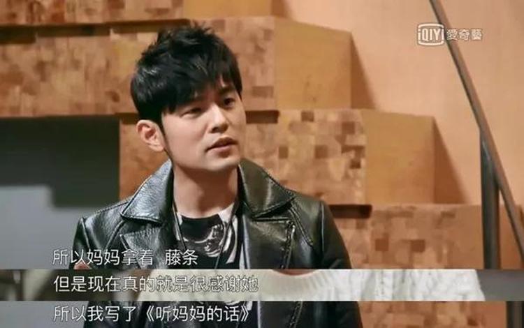 Ca sĩ Châu Kiệt Luân chia sẻ về câu chuyện hồi nhỏ bị mẹ ép tập đàn trong một chương trình truyền hình. Ảnh: sohu.