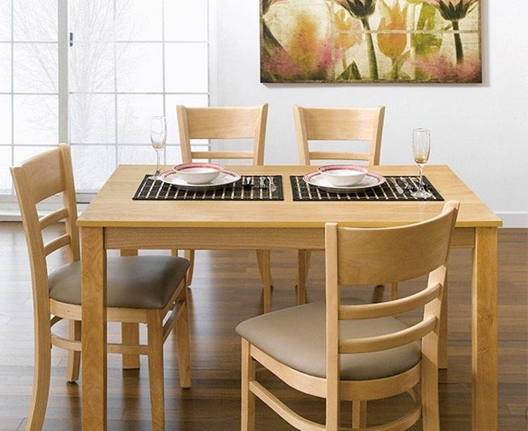 Bộ bàn ăn 4 ghế IBIE Ulsan làm từ chất liệu gỗ cao su tự nhiên bền đẹp. Thiết kế gồm 3 màu tự nhiên, trắng và antique với kết cấu chắc chắn, được gia công tỉ mỉ. Bộ gồm các loại 4, 6, 8 ghế với nhiều kích thước bàn. Thiết kế mang phong cách Hàn quốc,phù hợp với căn hộ chung cư, đặc biệt là các gia đình trẻ. Bộbàn ăn mang đến vẻ đẹp sang trọng, hiện đại cho không gian nhà bạn. Sản phẩm có giá 2,715 triệu đồng, ưu đãi 40% so với giá gốc.