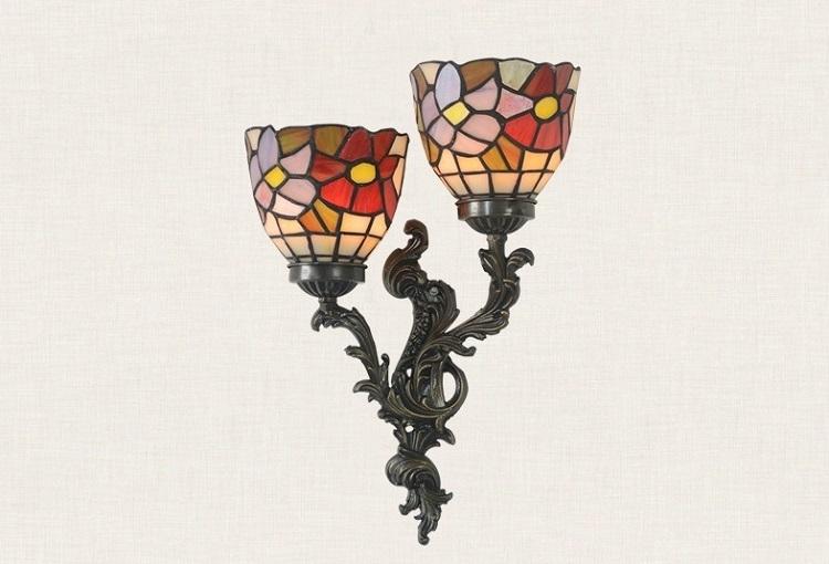 Đèn tường trang trí hình đôi mai địa thảo thương hiệu Tiffany có phần chao đèn được làm thủ công bằng cách hàn ghép từng miếng kính màu, tạo nên chiếc đèn độc đáo, mang đường nét riêng. Kích thước nhỏ gọn, đèn tường Tiffany có thể đặt ở mọi không gian từ phòng khách, phòng bếp, phòng ngủ hay dùng trang trí trong nhà hàng, khách sạn. Chân đèn làm bằng đồng chắc chắn. Sản phẩm sử dụng bóng đèn led thế hệ mới,khả tiết kiệm điện lên đến90% so với bóng đèn thông thường.Bóng đènled không chiếu ra các tia UV,an toàn cho người sử dụng cũng,thân thiện với môi trường. Đèn tường có giá ưu đãi 40% trên Shop VnExpress, giảm còn 3,135 triệu đồng.