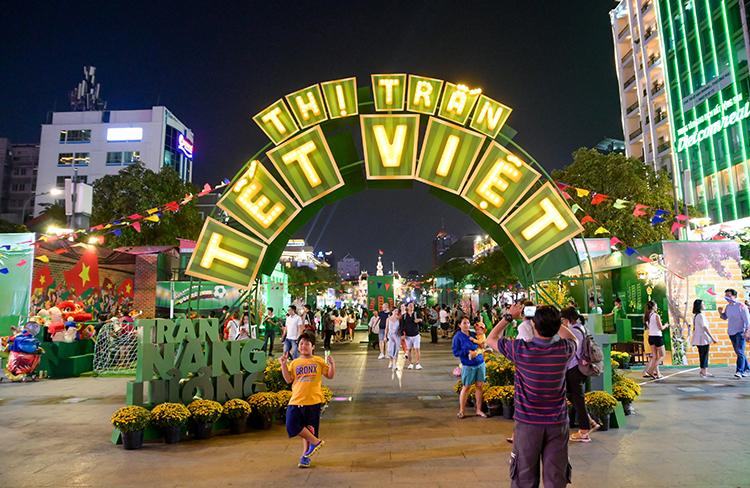 Sự kiện Thị trấn Tết Milo diễn ra ở phố đi bộ Nguyễn Huệ (quận 1) thu hút hàng nghìn gia đình chỉ trong hai ngày diễn ra (27 và 28/12). Tại đây, các bé cùng cả nhà thỏa sức vận động với các môn thể thao, tham gia hoạt động Tết truyền thống tại 4 khu vực chính của Thị trấn.