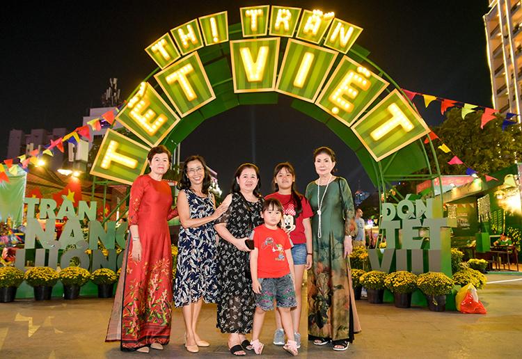 Bước ra từ thiết kế khu phố Tết độc đáo của Milo Phiên bản Tết, Thị trấn Tết Milo là phiên bản đời thật với nhiều hoạt động đặc sắc, giúp các bé và gia đình Tràn năng lượng – Đón Tết vui. Chương trình đang diễn ra tại phố Nguyễn Huệ (TP HCM) đến hết ngày 29/12. Các gia đình ở Hà Nội sẽ được trải nghiệm các hoat động thú vị này vào ngày 3-6/1/2020 tại Phố đi bộ Hồ Gươm.